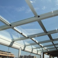 Elegante techo corredizo de cristal combinado con cerramiento lumon